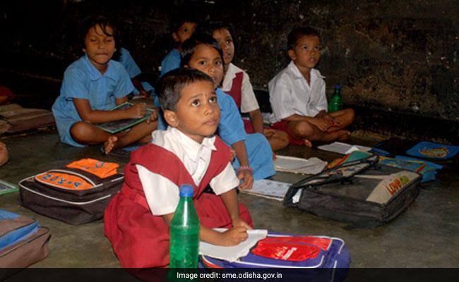 UP: बच्चों को पढ़ा रही थी रसोइया, वीडियो वायरल; प्रधानाध्यापक समेत शिक्षकों का वेतन रोका गया