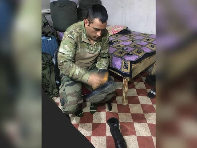 The kashmiri chants This Pakistan cricketer name as they see MS Dhoni in Military Dress, VIDEO