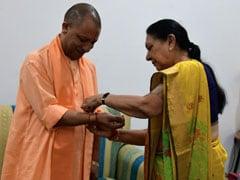 CM योगी आदित्यनाथ ने विधानभवन में किया ध्वजारोहण, फिर राज्यपाल आनंदीबेन पटेल से बंधवाई राखी