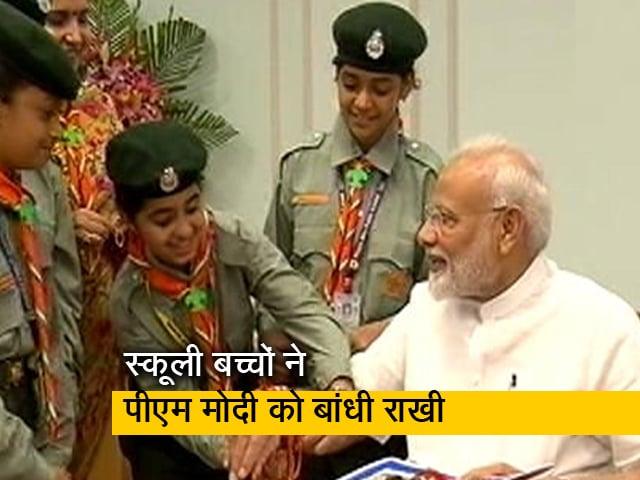 Video : प्रधानमंत्री नरेंद्र मोदी समेत कई नेताओं ने बंधवाई राखी