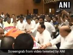 राजनाथ सिंह ने दिया सुषमा स्वराज के पार्थिव शरीर को कंधा, तो रो पड़े लालकृष्ण आडवाणी, देखें- VIDEO