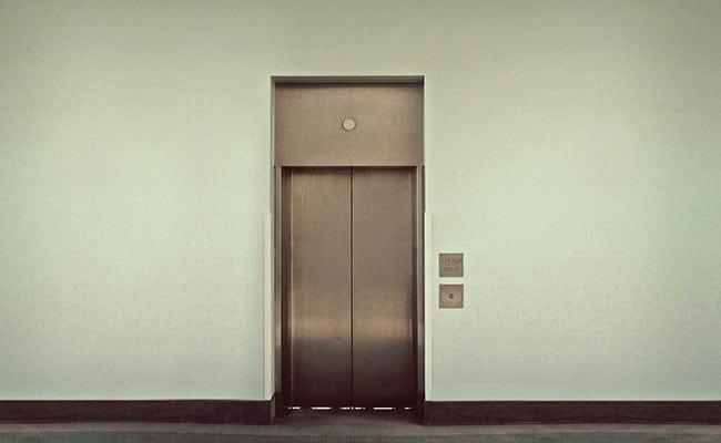 स्केटिंग शूज पहन लिफ्ट में घुसा बच्चा, गेट में फंसा पैर तो हुआ ये खतरनाक हादसा
