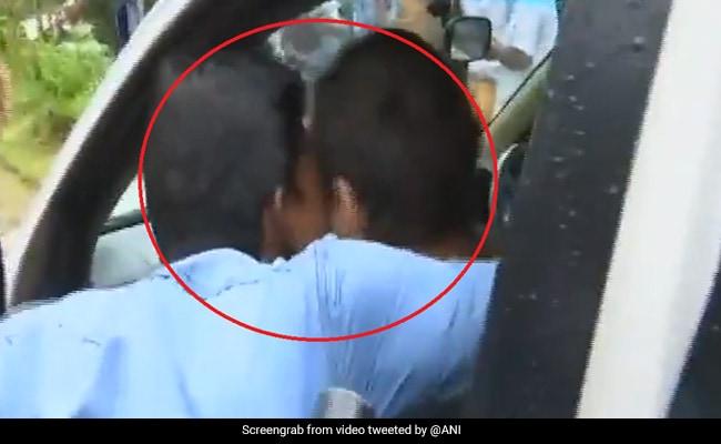 कार में बैठे थे राहुल गांधी, अचानक आया शख्स और कर गया KISS, वायरल हुआ VIDEO