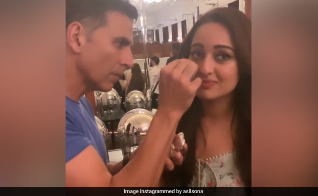 When Akshay Kumar Became 'Low Budget Makeup Artist' For Sonakshi Sinha