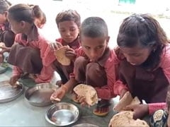 Under Flagship Nutrition Scheme, UP Schoolchildren Seen Eating <i>Roti</i>-Salt