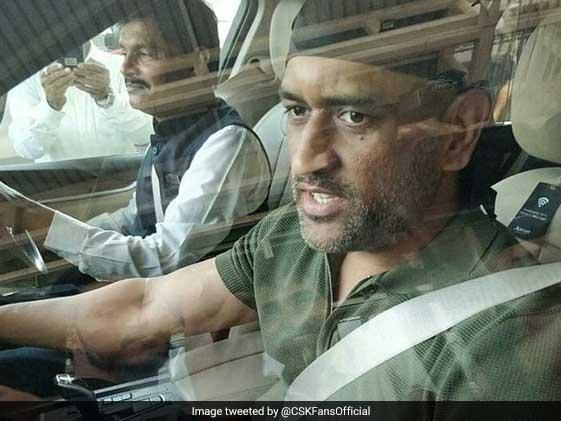 अब इस रूप में जयपुर एयरपोर्ट पर नजर आए पूर्व कप्तान महेंद्र सिंह धोनी, देखें VIDEO