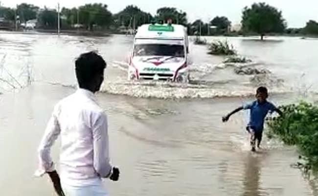 जान की परवाह किए बिना बाढ़ में एंबुलेंस को रास्ता दिखाता रहा 12 साल का बच्चा, वायरल हुआ VIDEO