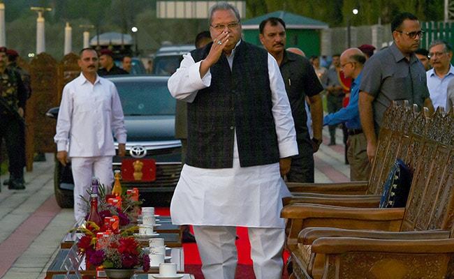 जम्मू कश्मीर के राज्यपाल सत्यपाल मलिक ने राजनीतिक दलों से कहा, शांति बनाए रखें और अफवाहों पर ध्यान न दें