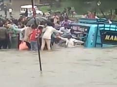बस उफनते नाले में गिरी, गांव के लोगों ने जान पर खेलकर बचाई यात्रियों की जिंदगी, देखें VIDEO