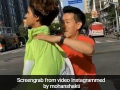 Viral Video: सड़क पार कर रही थी ये एक्ट्रेस, इस शख्स ने पकड़ लिया गले से और फिर किया कुछ ऐसा...