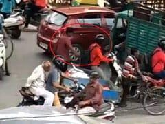 बाइक चलाने वाले सावधान... चलती गाड़ी से चोर ऐसे उड़ा रहे हैं बैग से सामान, देखें VIDEO