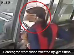 टोल प्लाजा पर पैसे मांगने पर जड़े महिला कर्मचारी को थप्पड़, गुस्से में लड़की ने पकड़े बाल और... देखें VIDEO