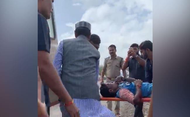 सड़क पर मिला हादसे में घायल युवक तो पूर्व सीएम शिवराज सिंह चौहान जुट पड़े मदद में, देखें - VIDEO