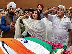 पति स्वराज कौशल और बेटी बांसुरी ने नम आंखों से कुछ ऐसे दी सुषमा स्वराज को अंतिम विदाई