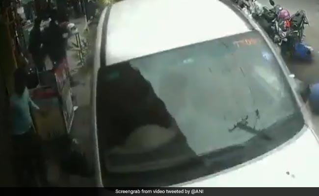 शराब पीकर चला रहा था गाड़ी, सड़क किनारे स्टॉल पर खाना खाते लोगों पर चढ़ाई कार, देखें VIDEO