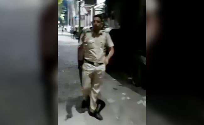 दिल्ली: शराब माफिया के परिवार ने अचानक कॉन्स्टेबल को घेर लिया, चलानी पड़ी गोली, देखें- VIDEO