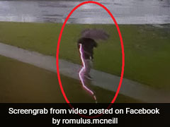 बारिश में शख्स के ऊपर अचानक गिरी बिजली, CCTV में कैद हुआ डरावना VIDEO