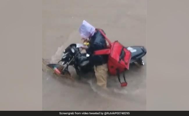 Zomato के डिलिवरी बॉय का VIDEO वायरल, बारिश में गाड़ी हुई खराब तो किया ऐसा...