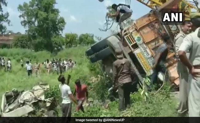 उत्तर प्रदेश के शाहजहांपुर में ट्रक ने टेंपो और सवारी वाहन को टक्कर मारी, 16 की मौत