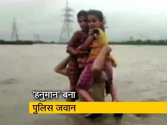 Videos : 'हनुमान' बनकर बचाई बाढ़ में फंसी दो बच्चियों की जान