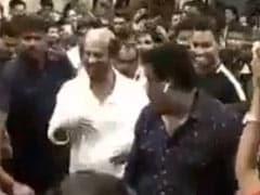 सुपरस्टार रजनीकांत ने कॉलेज में मारी एंट्री तो बजने लगा 'लुंगी डांस सॉन्ग' और फिर...Video हुआ वायरल