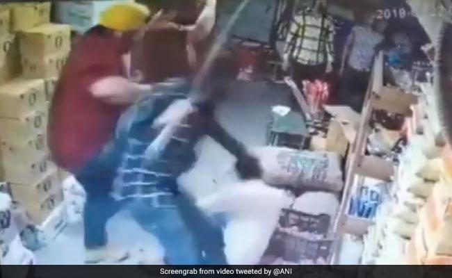 दिल्ली: शख्स ने कार में टक्कर मारने का विरोध किया तो कर दी पिटाई, 15 लाख की लूट, देखें VIDEO
