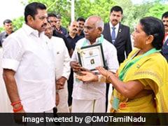 चप्पलों और कुर्सियों से लुटरों को मार भगाने वाले बुजुर्ग दंपती को तमिलनाडु CM ने दिया बहादुरी पुरस्कार
