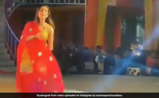 Sapna Choudhary Viral Video: सपना चौधरी ने अपने ठुमकों से स्टेज पर लगाई आग, देखते ही देखते Video हुआ Viral