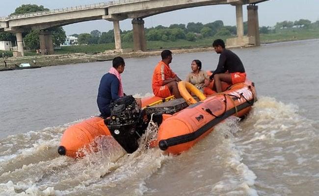 महिला ने पुल से लगा दी छलांग, फिर NDRF की टीम ने यूं बचाई जान...देखें Video