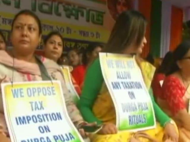 Video : পুজো কমিটিগুলিকে নোটিশ পাঠানোর প্রতিবাদে ধর্নায় বসল টিএমসি