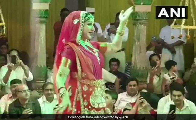 हेमा मालिनी बनीं 'राधा', लाल जोड़ा पहन 'हरी भजन' पर किया ऐसा डांस कि पलकें झपकाना भूल गए लोग, देखें VIDEO