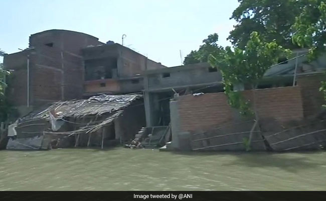 In Bihar, People Carry Mud On Boats To Build Huts In Waterlogged Village