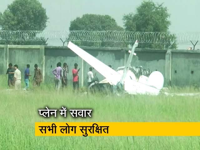 Videos : उत्तर प्रदेश: अलीगढ़ में चार्टर्ड प्लेन क्रैश