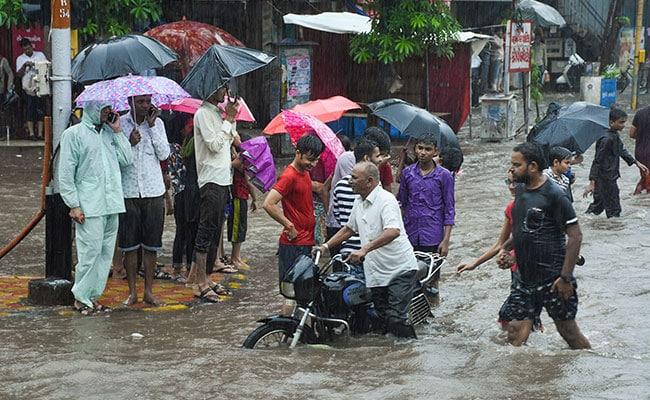 कोलकाता में भारी बारिश, शहर के कई जगहों पर जलभराव, एयरपोर्ट पर उड़ानों में हुई देरी