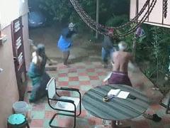 डकैती के लिए घर में घुसे चोर, पति का दबाया गला तो पत्नी ने उठाई चप्पल और... देखें VIDEO