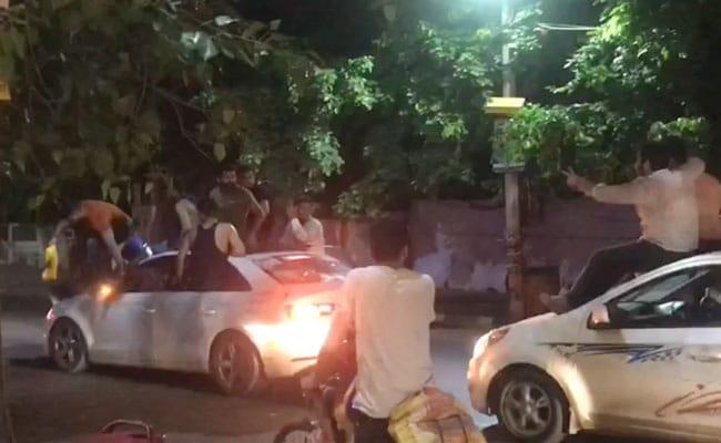Video: कार के बोनट और साइड विंडो पर बैठकर सड़क पर रोका ट्रैफिक, कानून का उड़ा मज़ाक