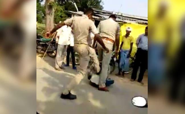Video : मामूली बहस में दो पुलिसकर्मियों ने युवक को बेरहमी से पीटा, किए गए सस्पेंड