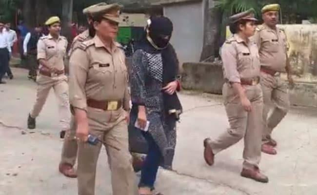 चिन्मयानंद पर रेप का आरोप लगाने वाली छात्रा अरेस्ट, परिवार बोला- पुलिस आई और जबरन उठाकर ले गई