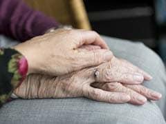 87 साल के बुजुर्ग की अनूठी प्रेम कहानी, 27 सालों से हर खास मौकों पर पत्नी की अस्थियों से यूं करते हैं प्यार का इज़हार