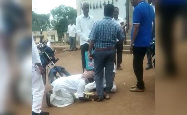 अधिकारी के पैरों में गिरकर रोजी-रोटी ना छीनने की मांग कर रहे किसान, Video वायरल