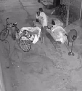 आधी रात बच्चा चोरी करने की कोशिश कर रहा था शख्स, महिला उठी और फिर... देखें VIDEO