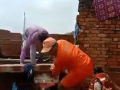 वाराणसी: राहत कार्य के दौरान दीवार टूटने से DM गिरे, चोटिल होने के बावजूद करते रहे काम, देखें VIDEO