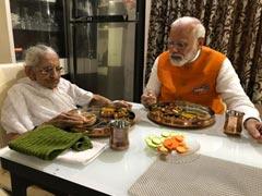 Narendra Modi birthday : பிறந்த நாளன்று 98 வயது தாயாருடன் மதிய உணவு சாப்பிட்ட மோடி!