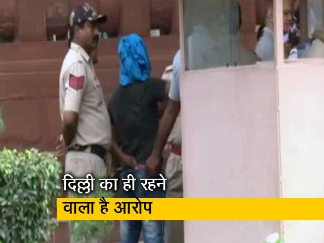 Videos : चाकू लेकर संसद में घुसने की कोशिश करने वाला युवक हिरासत में
