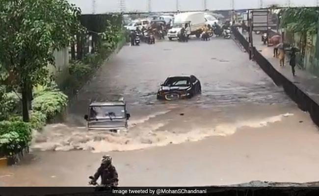 मुंबई की बाढ़ में फंसी Jaguar कार, पास में से तेज रफ्तार में निकली बोलेरो, आनंद महिंद्रा बोले- 'ये कार...'