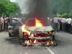 बीच सड़क पर लगा दी अपनी ही कार को आग, हवा में गोली चलाकर मचाया हंगामा, मची भगदड़