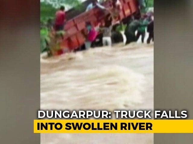 Video : Watch: Onlookers Rescue Schoolchildren From Truck In Flood-hit Rajasthan