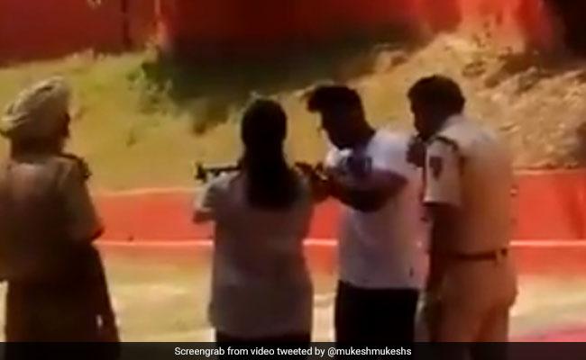 Delhi Police के इंस्पेक्टर ने सरकारी पिस्टल से बेटी-बेटे से कराया फायरिंग, Video आया सामने