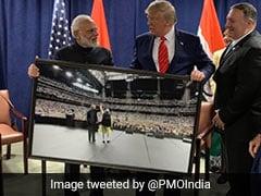 पीएम मोदी ने डोनाल्ड ट्रंप को गिफ्ट की हाउडी मोदी कार्यक्रम के दौरान खींची गई दोनों की तस्वीर