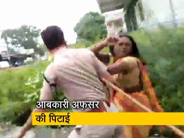 Videos : अवैध शराब की सूचना पर पहुंचा था अफ़सर, महिला ने लाठी-डंडे से की पिटाई